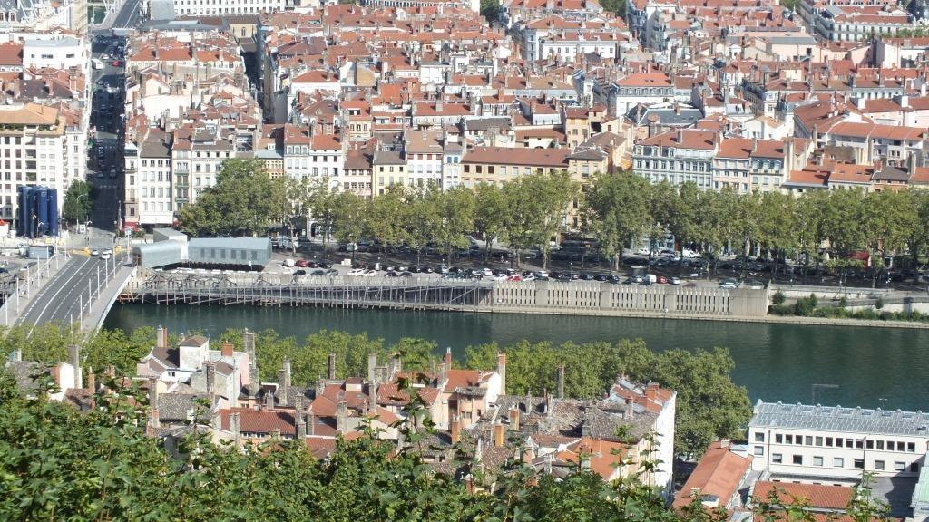 Lyon von oben, im Vordergrund sieht man die Dächer der Renaissance Häuser in der Altstadt