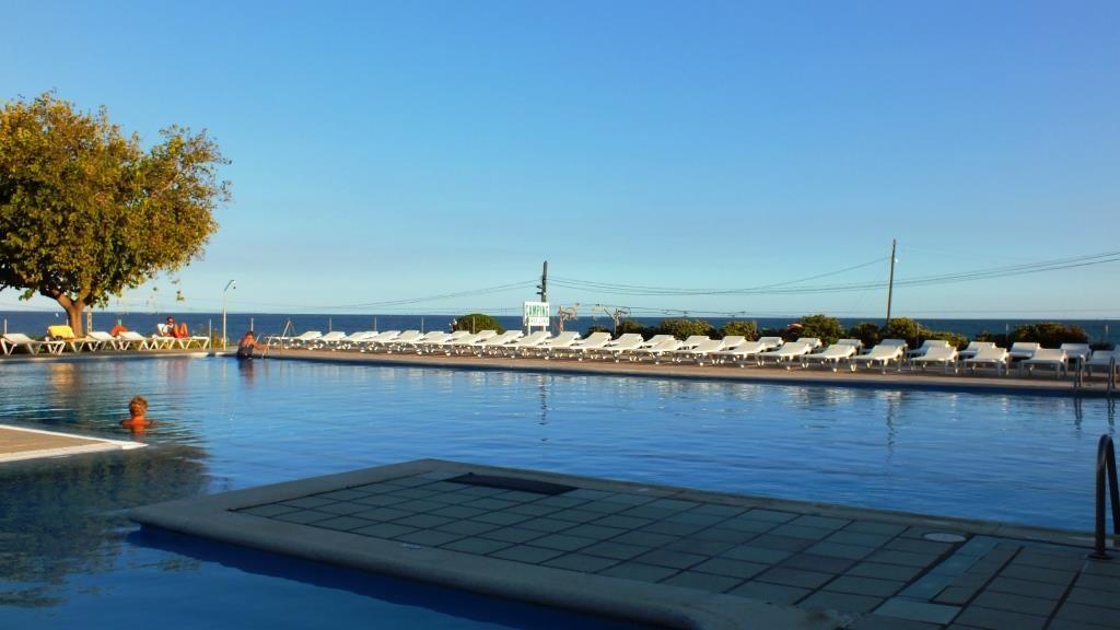 Der Swimmingpool mit Blick aufs Mittelmeer