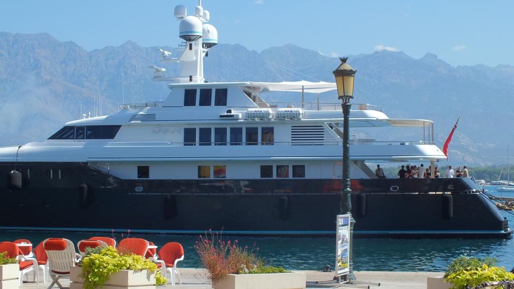 Die Yacht Cyan begrüßt ihre Gäste