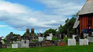 Die aktuellen Grabsteine rund um der Kirche