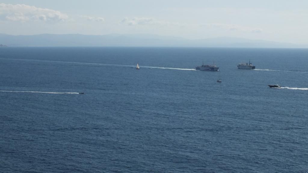 Die Fähren zwischen Korsika und Sardinien, dessen Küste in Sichtweite liegt.