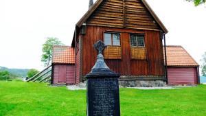 Ein uralter Grabstein aus Metall vor der Kirche