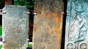 Die beiden ältesten Grabsteine