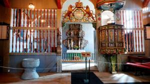 Der Chor mit Altar, Taufbecken und Kanzel