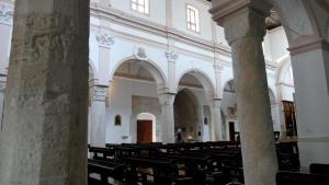 Die Säulen scheinen auch sehr alt ...